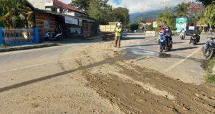 Warga Keluhkan Ceceran Tanah Urug Dari Dump Truck Di Jalan Magamu-Kartini